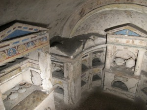 The earliest tombs, including those of Granius Nestor and Vimileia Hedone are visible in the niche on the right